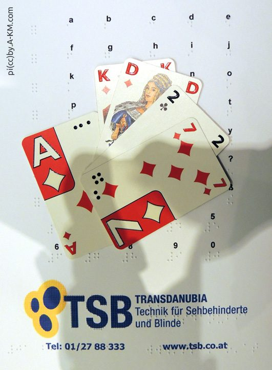 Collage aus Spielkarten, Braille-Alphabet, TSB-Logo
